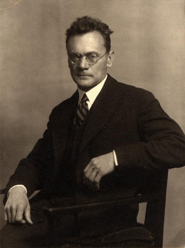 http://www.biyografim.net/images/person/orjinal/Karl_von_Frisch1_yasamoykusu.jpg